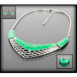 Dekoracyjny zestaw z zielonymi kamieniami: naszyjnik, bransoletka i kolczyki - zielony