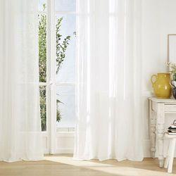 Biała, stylowa zasłona o wymiarach 135x240 cm, delikatnie zaciemniająca, z metalowymi kółkami, oczkami do łatwego zawieszania